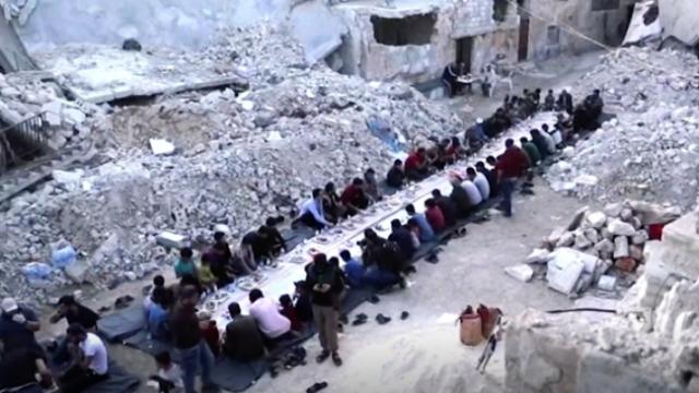 Suriye'de molozlar arasında buruk iftar