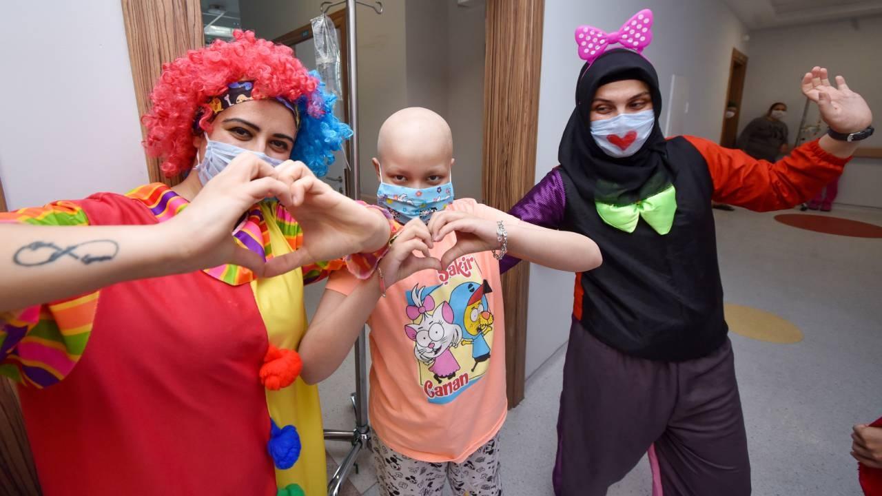 Palyaço kostümlü hemşireler hasta çocukları eğlendirdi
