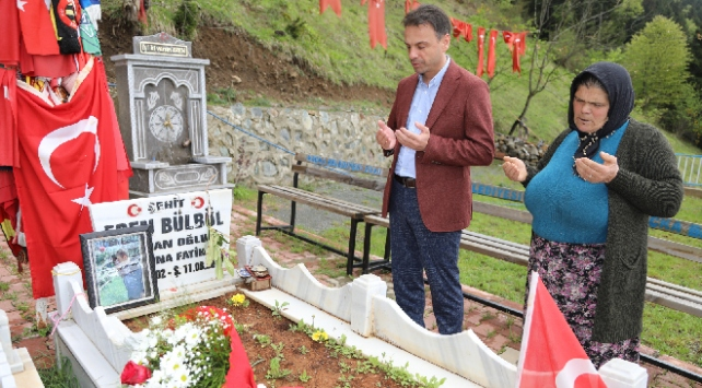 Şehit Eren Bülbülün annesi çiçeklerini oğlunun kabrine götürdü