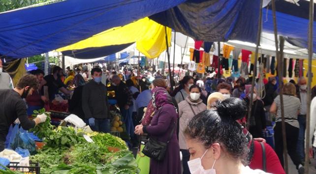 """Semt pazarındaki kalabalık """"sosyal mesafe kuralı"""" tanımadı"""