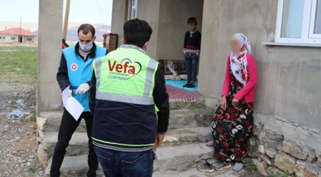 Gürpınar Kaymakamlığı ihtiyaç sahiplerine ramazan kolisi dağıtıyor