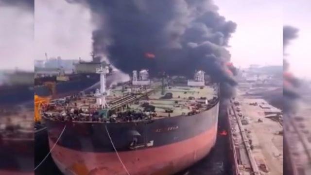 Endonezya'da petrol tankerinde patlama: 22 yaralı