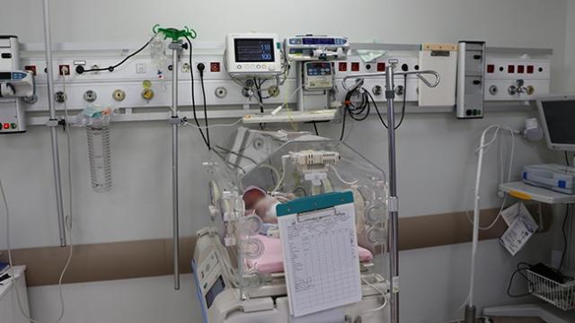 Koronavirüs, anne ve bebekleri de ayırdı