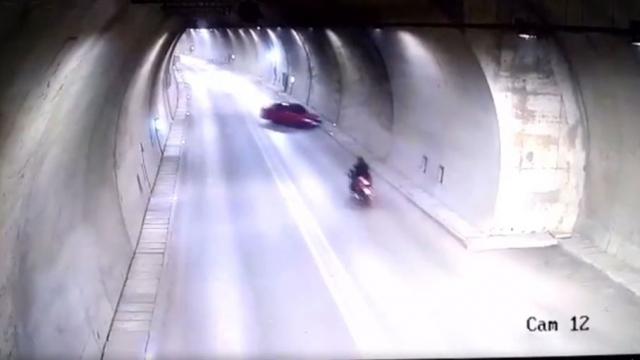 Motosiklet sürücüsünün son anda kurtuluşu kamerada
