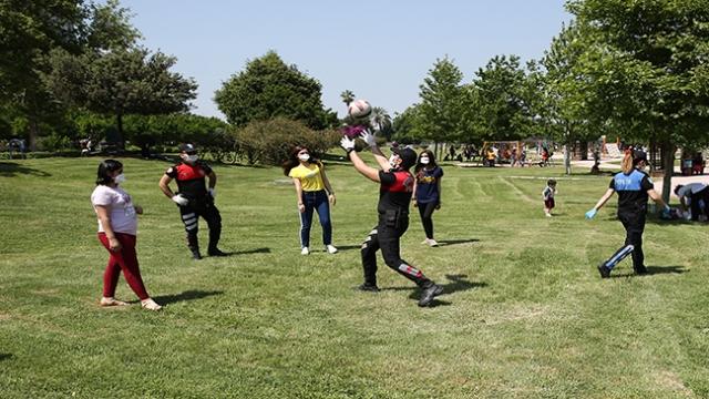 Adana'da polis, çocuklarla oyun oynadı