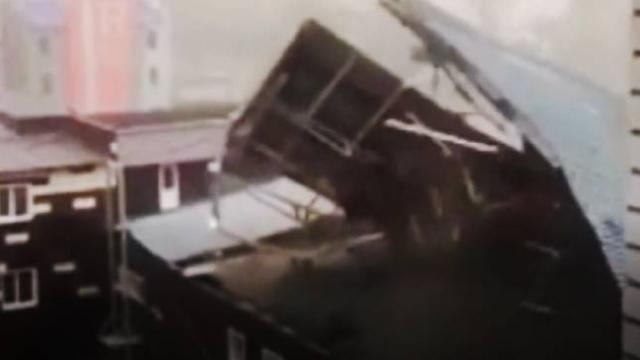 Rusya'daki fırtınada çok sayıda evin çatısı uçtu