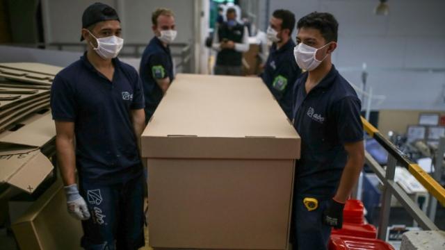 Kolombiya'da tabuta dönüşebilen hastane yatakları üretildi