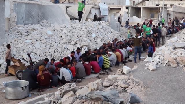 Suriye'de enkaz arasında toplu iftar