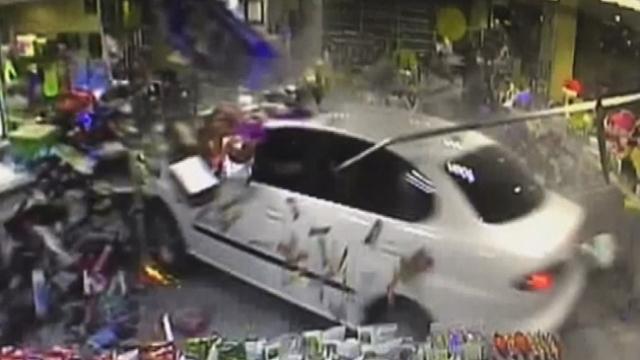İstanbul'da lastiği patlayan otomobil benzinlikteki markete girdi