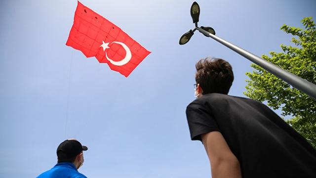 Pendik'te 19 Mayıs, dev Türk bayrağı desenli uçurtma uçurarak kutlandı
