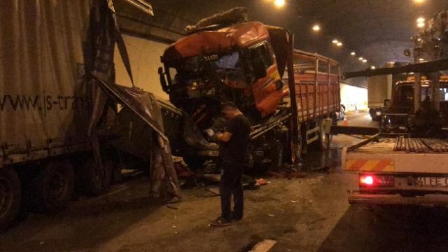 Tünelde zincirleme kaza: 5 tır çarpıştı