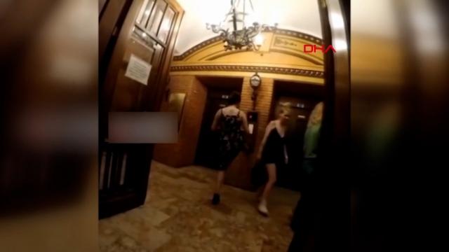 Asansör düğmesine ayağıyla basınca tepki çekti