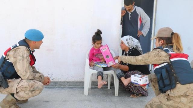 Jandarma ekipleri engelli çocuklara oyuncak hediye etti