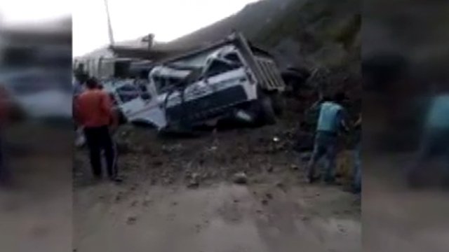 Keşmir'de heyelan: Çok sayıda araç toprak altında kaldı