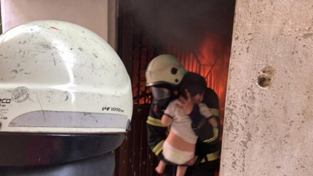 Alevler arasında kalan 2 çocuk itfaiye ekiplerince kurtarıldı