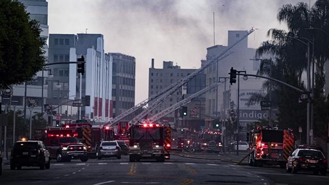 Los Angeles'ta yangın çıkan binada patlama: 11 itfaiyeci yaralandı