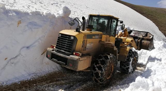 Trabzonda 18 yayla yolunda karla mücadele çalışması yapılıyor