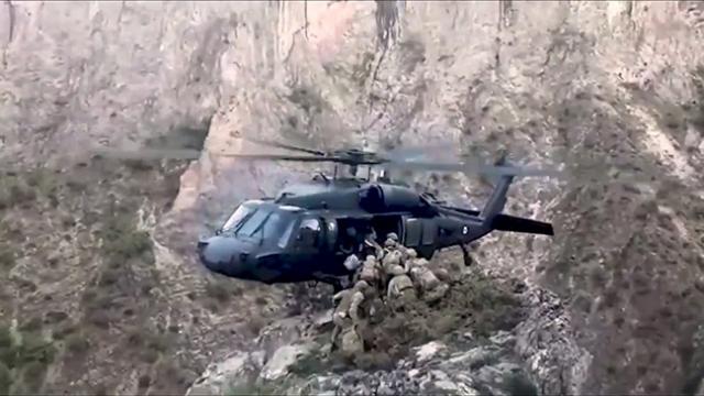 Helikopter pilotunun Mehmetçiği tek tekerle tahliyesi nefes kesti