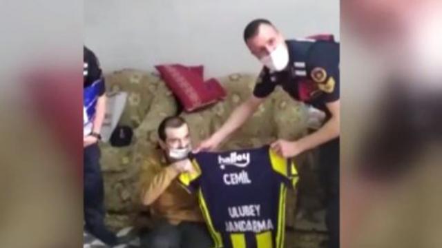 Jandarmadan bedensel engelli vatandaşa Fenerbahçe forması