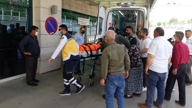 Siirtte tarım aracının devrilmesi sonucu baba ve oğlu yaralandı