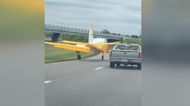 ABD'de motoru arızalanan uçak otoyola indi