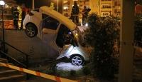 Denizli'de kontrolden çıkan araç, apartmanın bahçesine düştü