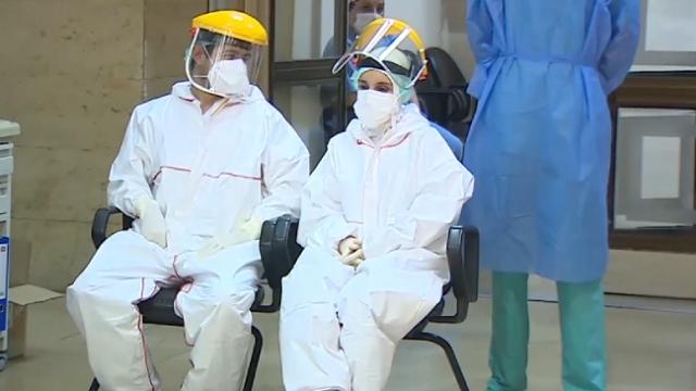 Sağlık çalışanları tulum içinde sıcakla da mücadele ediyor