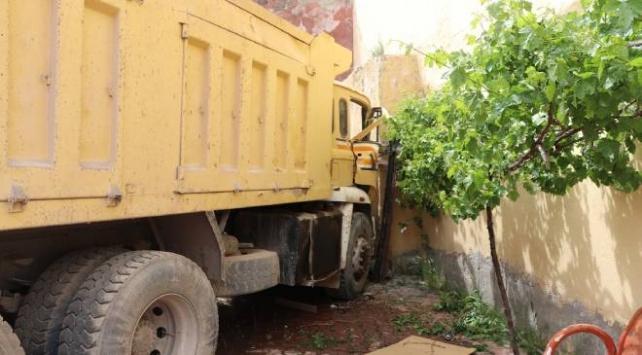 Hafriyat kamyonu araçlara ve evin duvarına çarptı: 5 yaralı