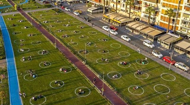 İzmirde çemberli sosyal mesafe dönemi
