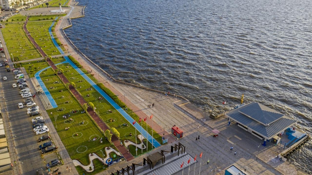 Uygulamanın Karşıyaka, Bayraklı Sahili, Buca Hasanağa Bahçesi, Bornova Aşık Veysel Rekreasyon Alanı olmak üzere kentin farklı noktalarındaki yeşil alanlarda devam edeceği belirtildi.