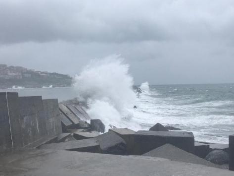 Zonguldakta rüzgar nedeniyle dalgalar mendireği aştı