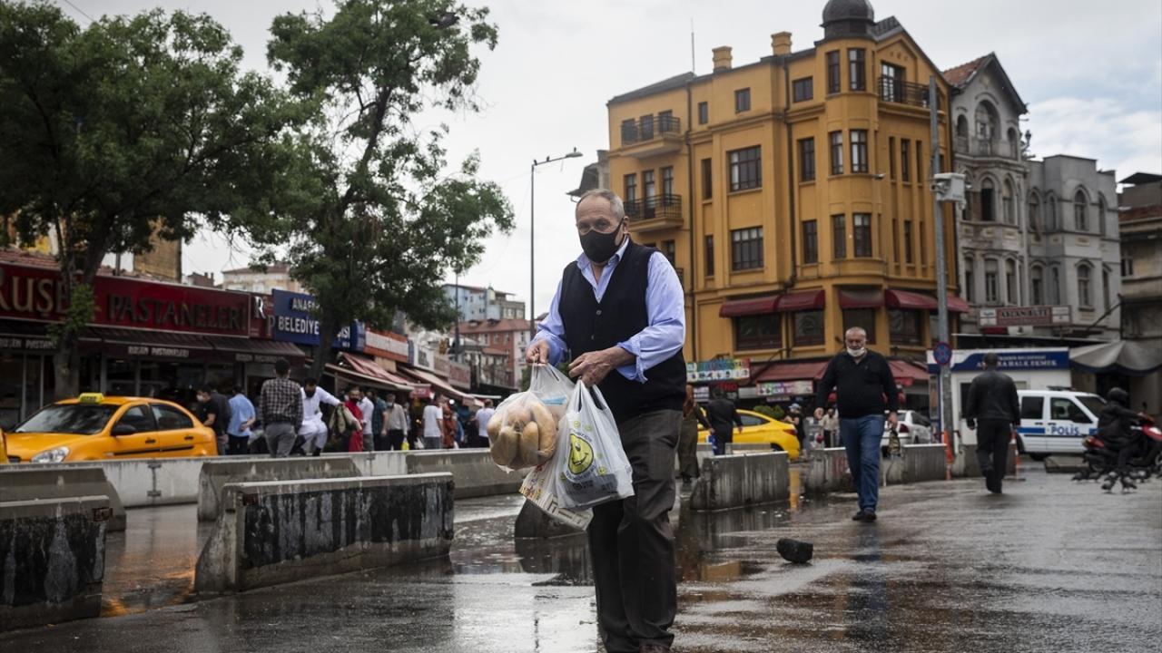 Yeni tip koronavirüs (Covid-19) ile mücadele için Ramazan Bayramı`nda 23-24-25-26 Mayıs`ta uygulanacak 4 günlük sokağa çıkma kısıtlaması öncesinde Ankara`nın merkez noktalarında alışveriş ve trafik yoğunluğu yaşandı.