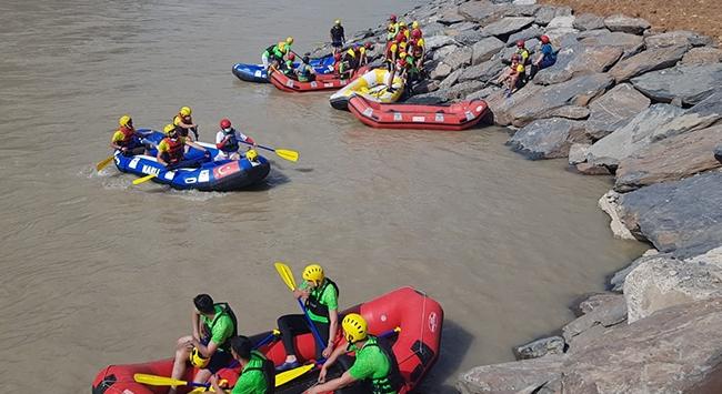 Hakkaride düzenlenen rafting renkli görüntüler oluşturdu