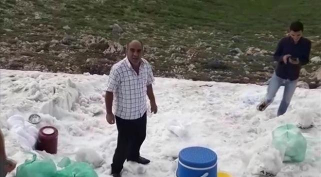 Sıcaktan bunalanlar iftarını Nemrut Dağındaki kar ile açtı