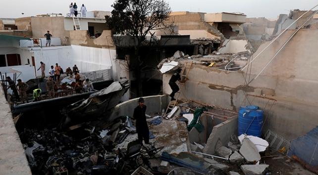 Pakistanda yolcu uçağı evlerin üzerine düştü