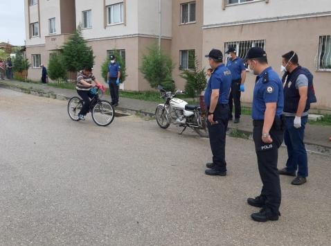 Ankarada polis zihinsel engelli gence bisiklet hediye etti