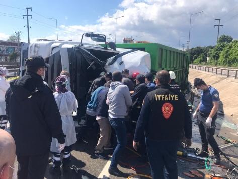 Kocaelide çöp kamyonu devrildi: 1 ölü, 1 yaralı