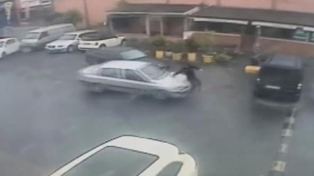 Şaka yapmak isteyen sürücü az kalsın arkadaşını öldürüyordu
