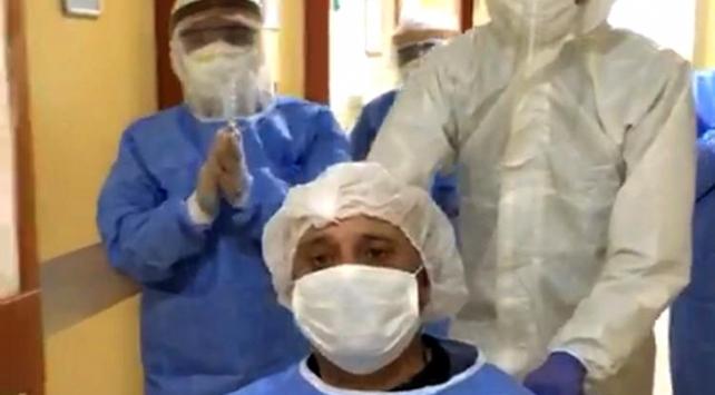 Bayram öncesi koronavirüsü yenen kişi alkışlarla taburcu edildi