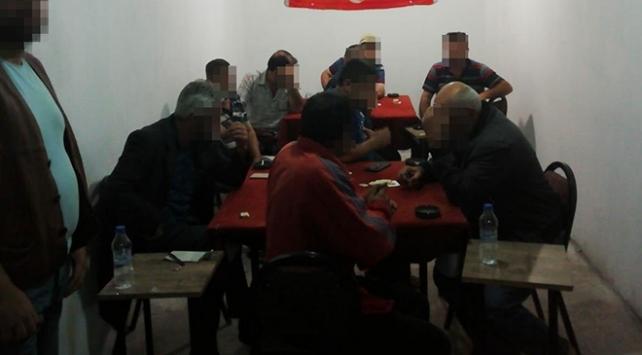 İzmirde kumar oynarken yakalanan 10 kişiye 31 bin lira ceza