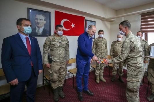 İçişleri Bakanı Soylu, Yüksekovada asker ve polislerle bayramlaştı
