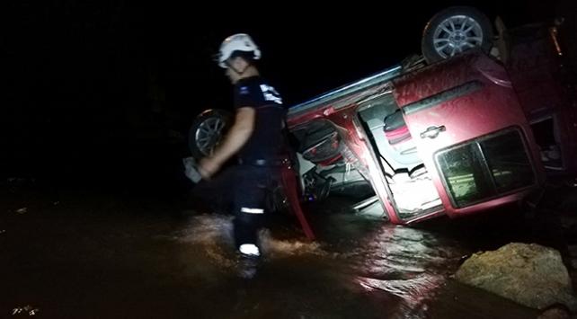 Alanyada hafif ticari araç köprüden çaya uçtu: 1 ölü