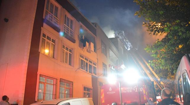 İstanbulda 4 katlı binanın çatısında yangın