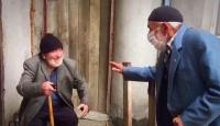 Trabzonlu dedelerden sosyal mesafeli bayramlaşma