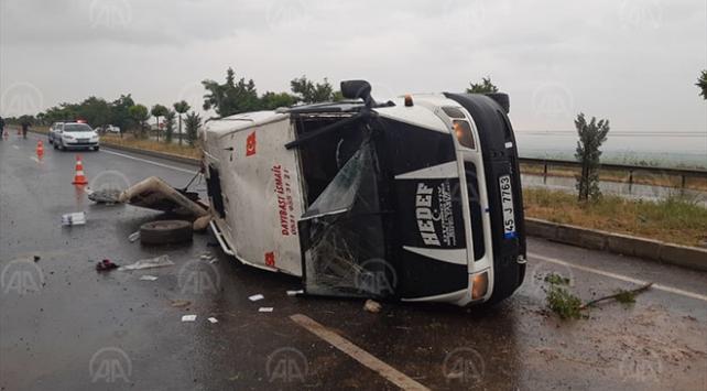 Manisada tarım işçilerini taşıyan minibüs devrildi: 15 yaralı