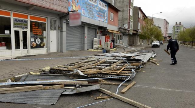 Şiddetli fırtına 152 binaya zarar verdi
