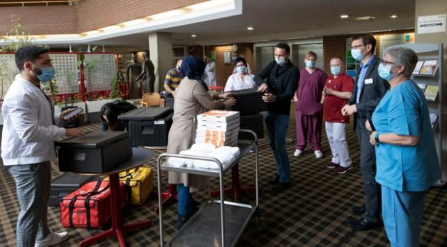 Almanyada Türk gençlerden sağlık çalışanlarına moral yemeği