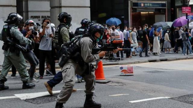 Hong Kong'da polis ve göstericiler yeniden karşı karşıya