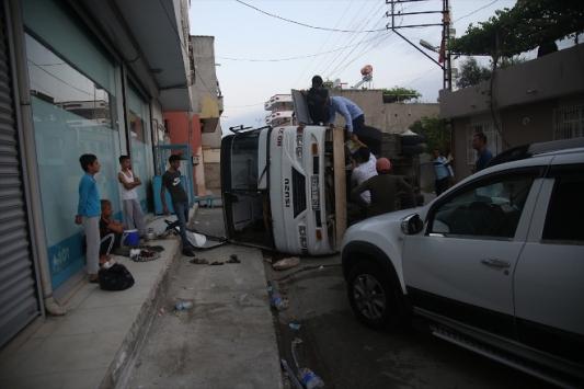 Adanada servis araçları çarpıştı: 12 yaralı