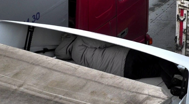 Tıra saklanarak Türkiyeye girmeye çalışan kişi yakalandı